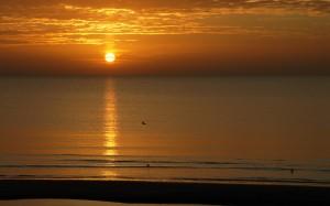 Blask wschodzącego słońca.