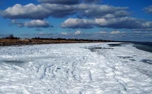 A na plaży rozłożył się śnieg.