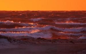 Morze Czerwone? - Bałtyk w promieniach wschodzącego słońca.
