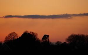 Zimowe niebo w płomieniach zachodzącego słońca.