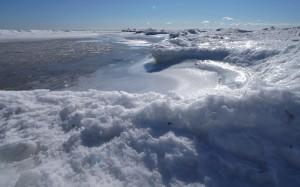 A pod śniegiem gorący latem piasek plaży.