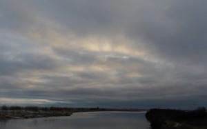 Przebłyski promieni słonecznych przez gęste chmury.