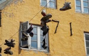 Wiszące buty nad ulicami Flensburga