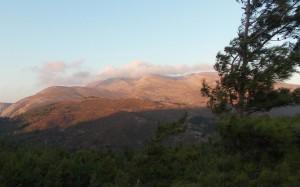 Góry w blasku zachodzącego słońca