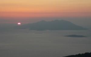 Poświata po zachodzie słońca nad wyspą Chalki