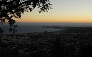 Widok ze wzgórza Filerimos na miasto Rodos przed świtem