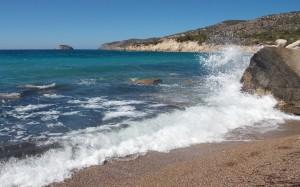 Złocista plaża, turkusowe morze i błękit nieba w Grecji