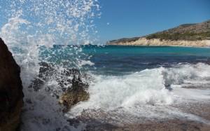 Szmaragdowe barwy morza i słoneczna plaża