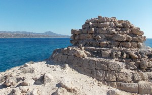 Ruiny budowli przy Fournoi Beach